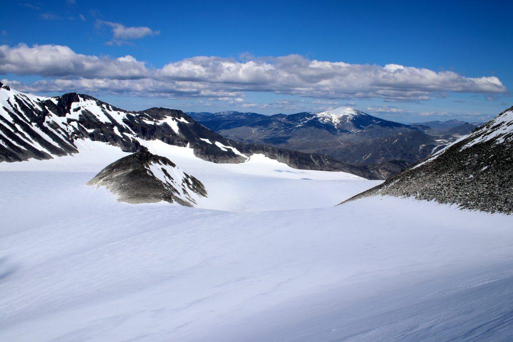Svellnosbreahesten (2.181 moh) stikker opp av Svellnosbrean og er en obligatorisk avstikker om en samler på 2.000-meterstopper.