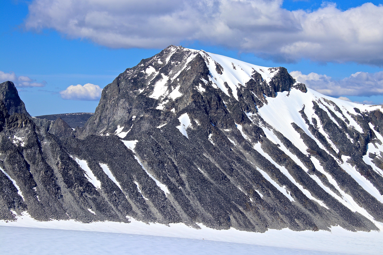 Sørvestryggen opp til Galdhøpiggen er en luftig klyvetur mot den populære toppen.