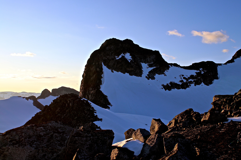 Utsikt fra soveposen til morgendagens start opp klyvepartien til toppen av Ymmelstinden (2.304 moh).