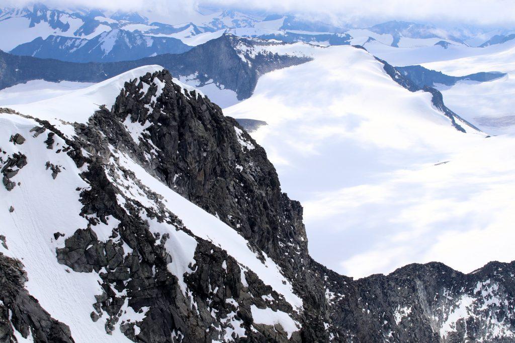 Sørvest-ryggen opp Galdhøpiggen ser steil ut fra toppen.