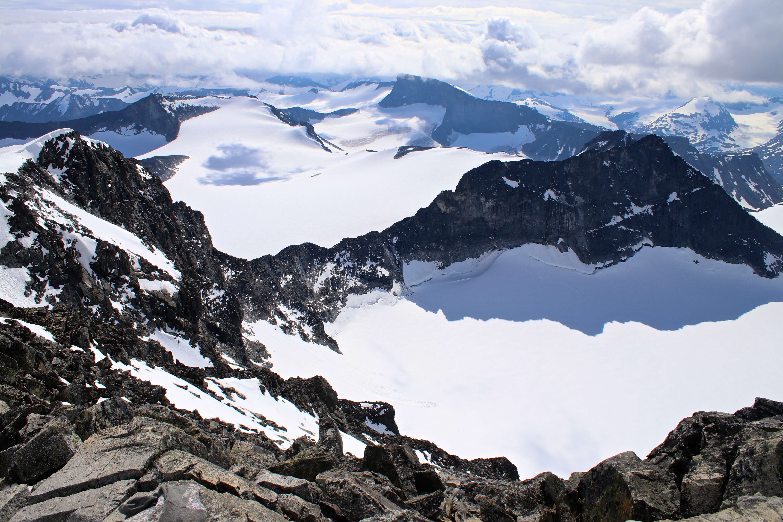Fra toppen av Galdhøpiggen kan vi se tilbake på alle toppene og hele traversen - Svellnosbrean rundt.