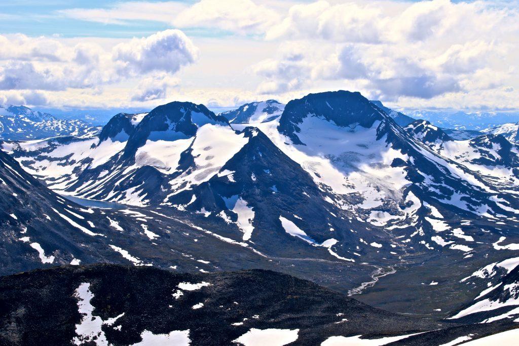 Utsikt fra Styggehøe mot Semelholstinden (2.147 moh) og Visbretinden (2.234 moh) atskilt av Visbrean.