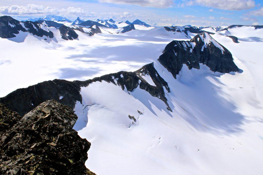 Den flotte ryggen mellom Styggehøe og Nørdre Bukkeholstindan (2.149 moh). Bukkeholsbrean til venstre og Tverråbrean til høyre.