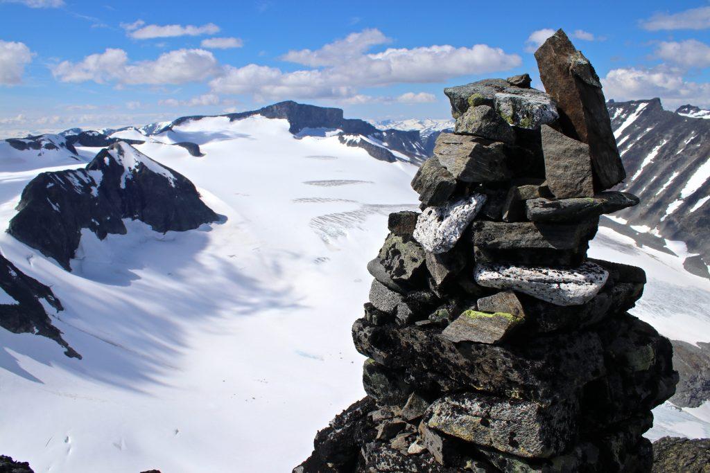 Fra toppvarden på Styggehøe (2.213 moh) har en flott og bratt utsikt ned mot Tverråbrean.