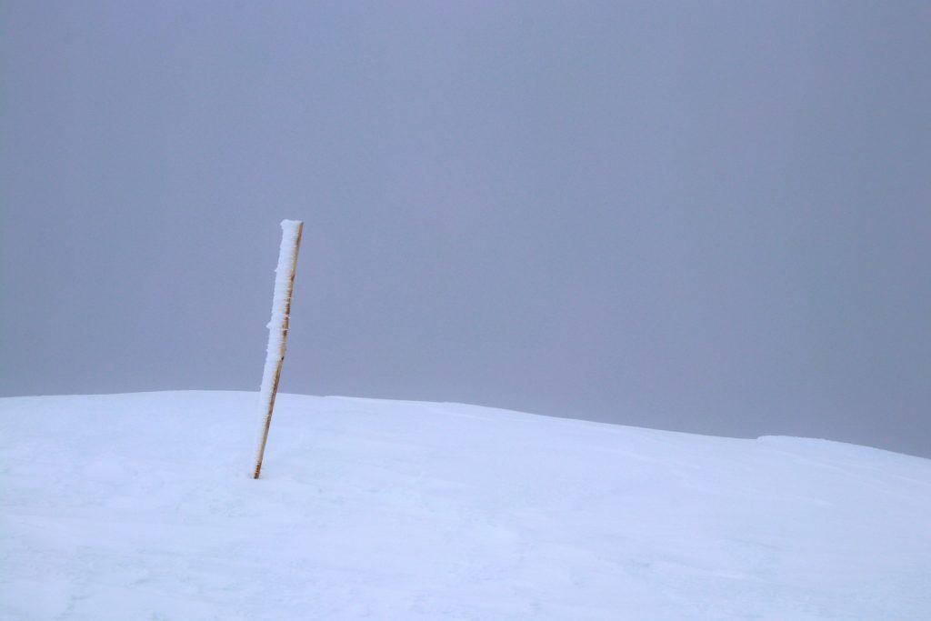 På grunn av breen finner en ingen varde på toppen av Glittertinden, men en pinne markerer toppen.