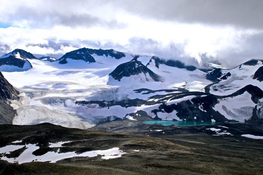 Veobreatinden (2.183 moh) stikker opp som et nutetak av Veobrean.