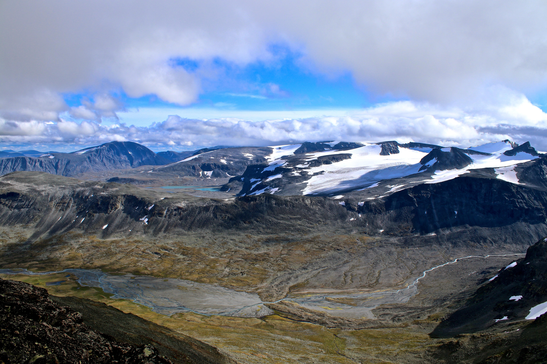 Utsikt mot Veodalen, Styggehøbrean, Styggehøbreatindene, Surtningssue og Besshøe fra Ryggjehøe.