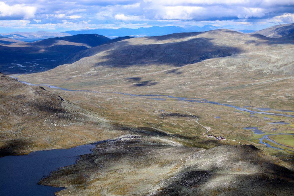 Utsikt ned til Glitterheim og Veodalen fra Ryggjehøe.