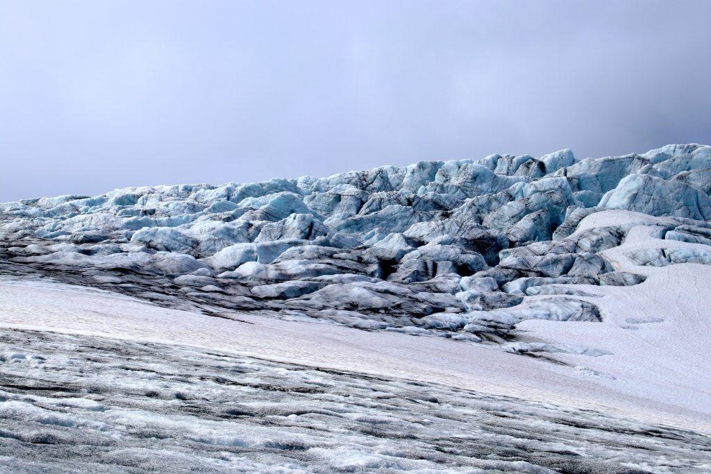 På vei over isen av Veobrean mot Veobreatinden.