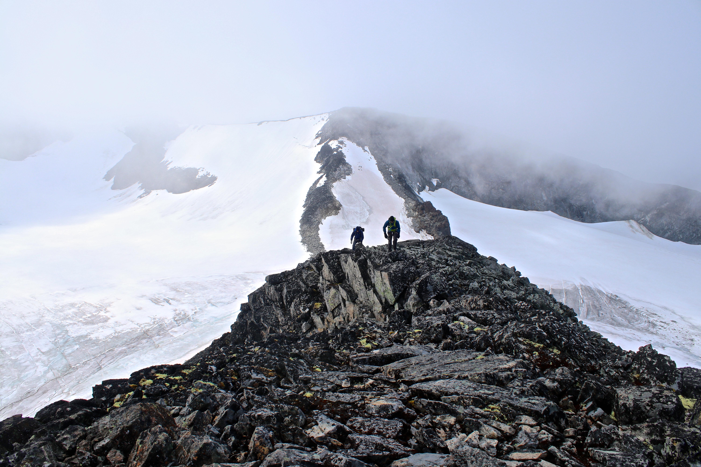 Mot toppen av Veobreatinden (2.183 moh) fra skardet mot Memurutindene.
