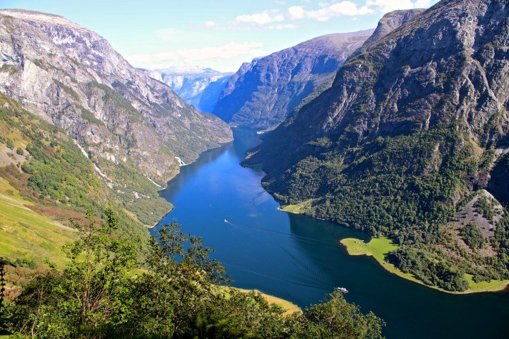 Det er fin utsikt under hele den bratte oppstigningen av Rimstigen i Nærøyfjorden.