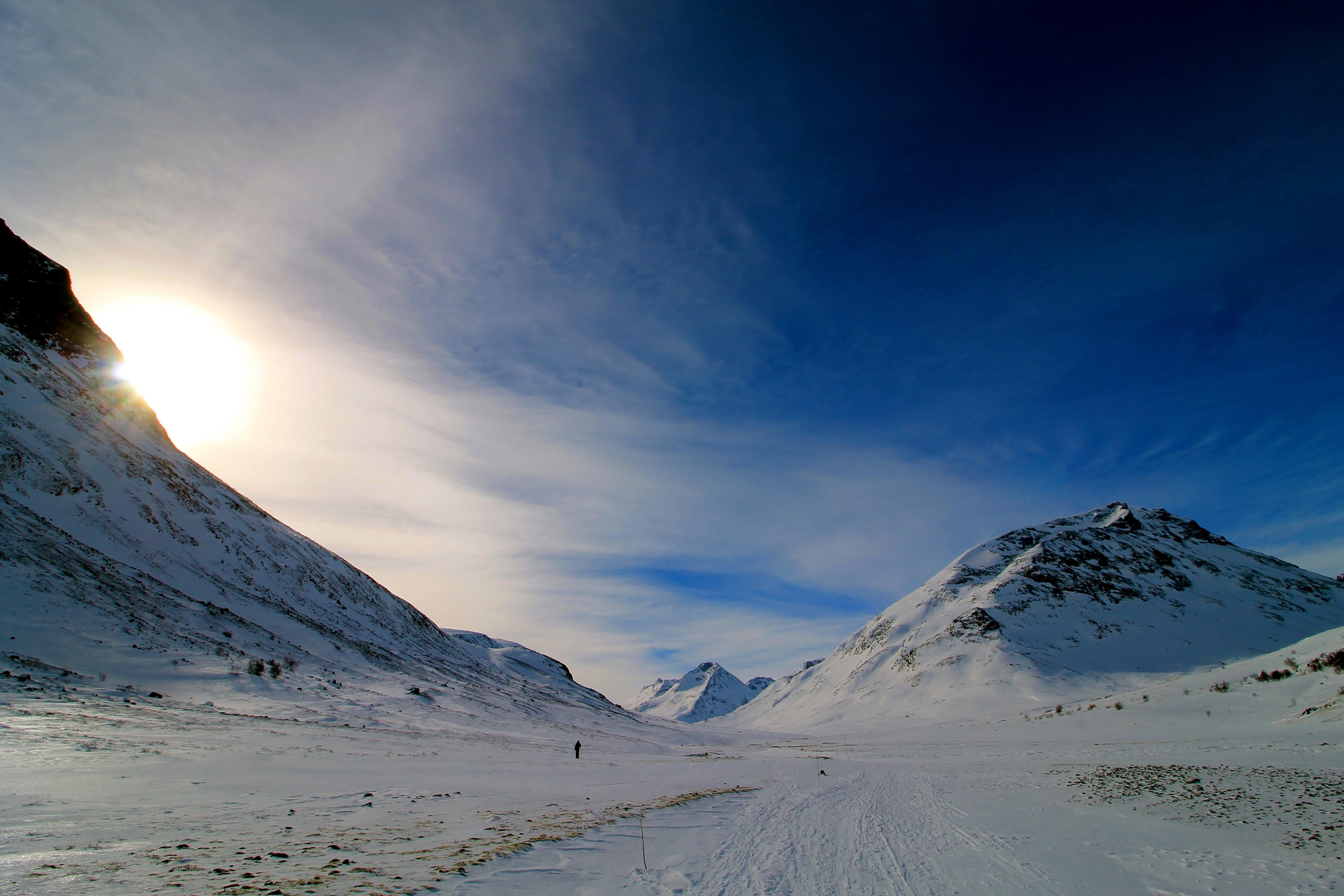 Blå vinterhimmel over Styggehøe, som lett fanger ens oppmerksomhet fra Spiterstulen.