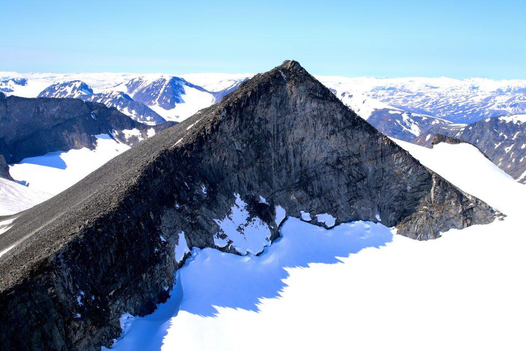 Store Tverråtinden (2.309 moh) sett fra Midtre Tverråtinden (2.302 moh).