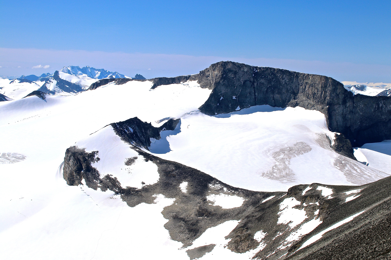 Tverråbandet og Bukkehøe (2.314 moh) sett fra Store Tverråtinden (2.309 moh).