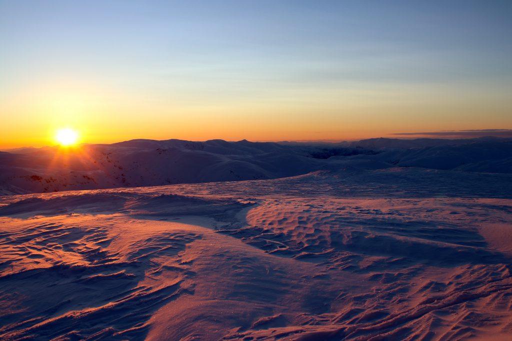 Solen er i ferd med å forsvinne bak Raundalsryggen, her sett fra toppen av Øykjafonn.