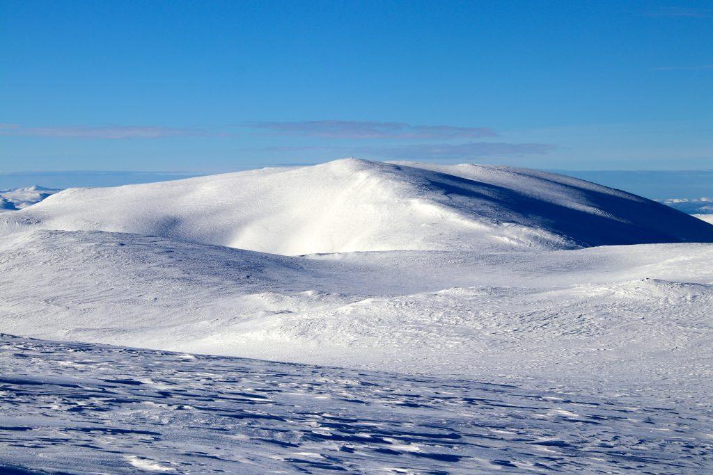 Fossdalsskavlen (1.551 moh) sett fra Trollanuten (1.517 moh).