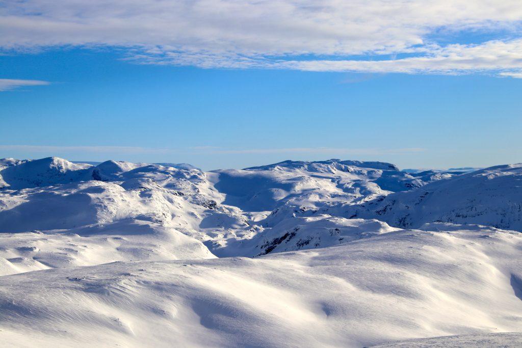 Utsikt fra Fossdalsskavlen inn i området rundt Kaldavasshytta. Kaldavatni i midten med Baksafjellet, Vossaskavlen og Ruvlenuten bak.
