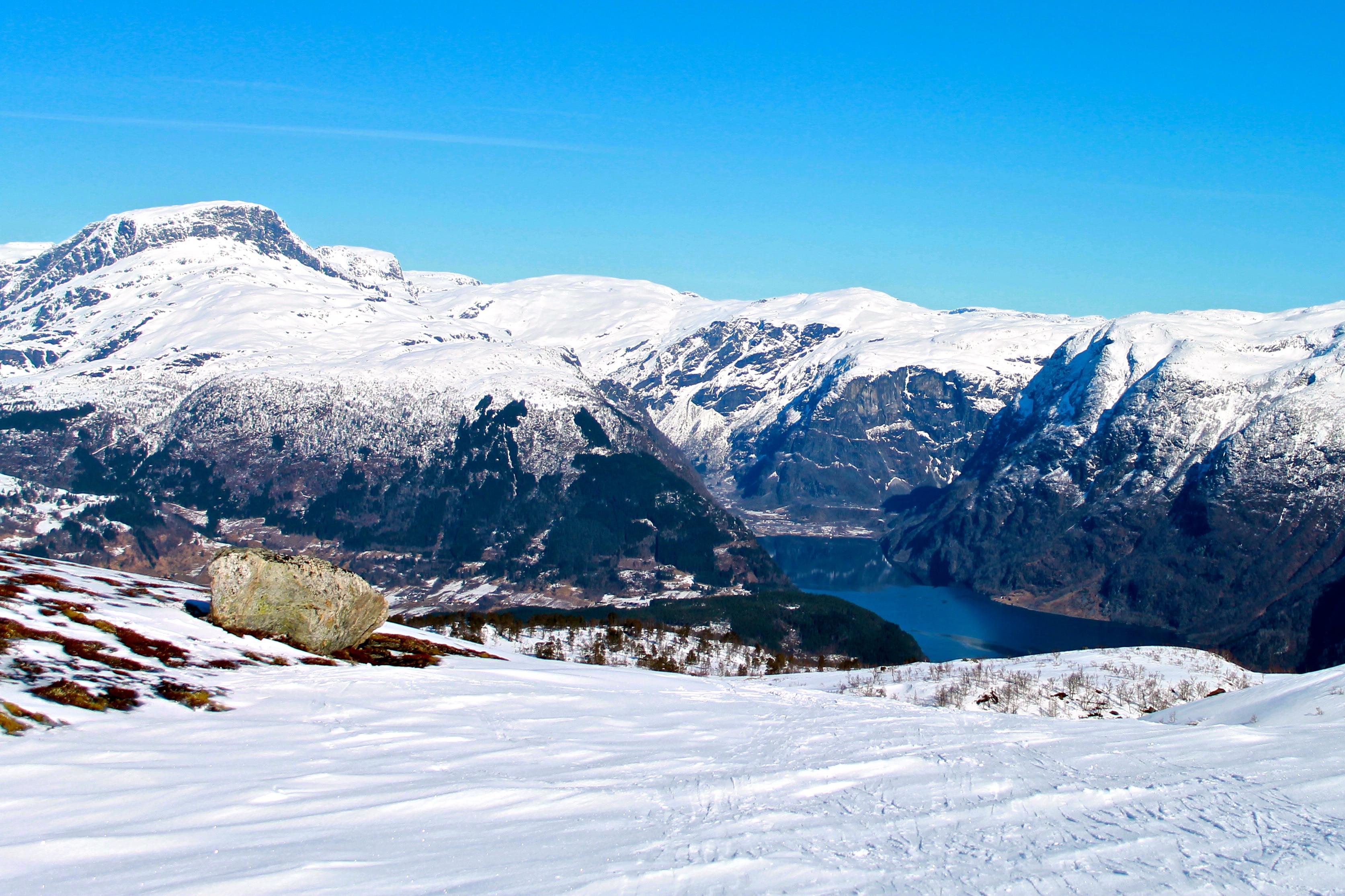 Vassfjøra bak til venstre i bildet, med Osa innerst i Osafjorden.
