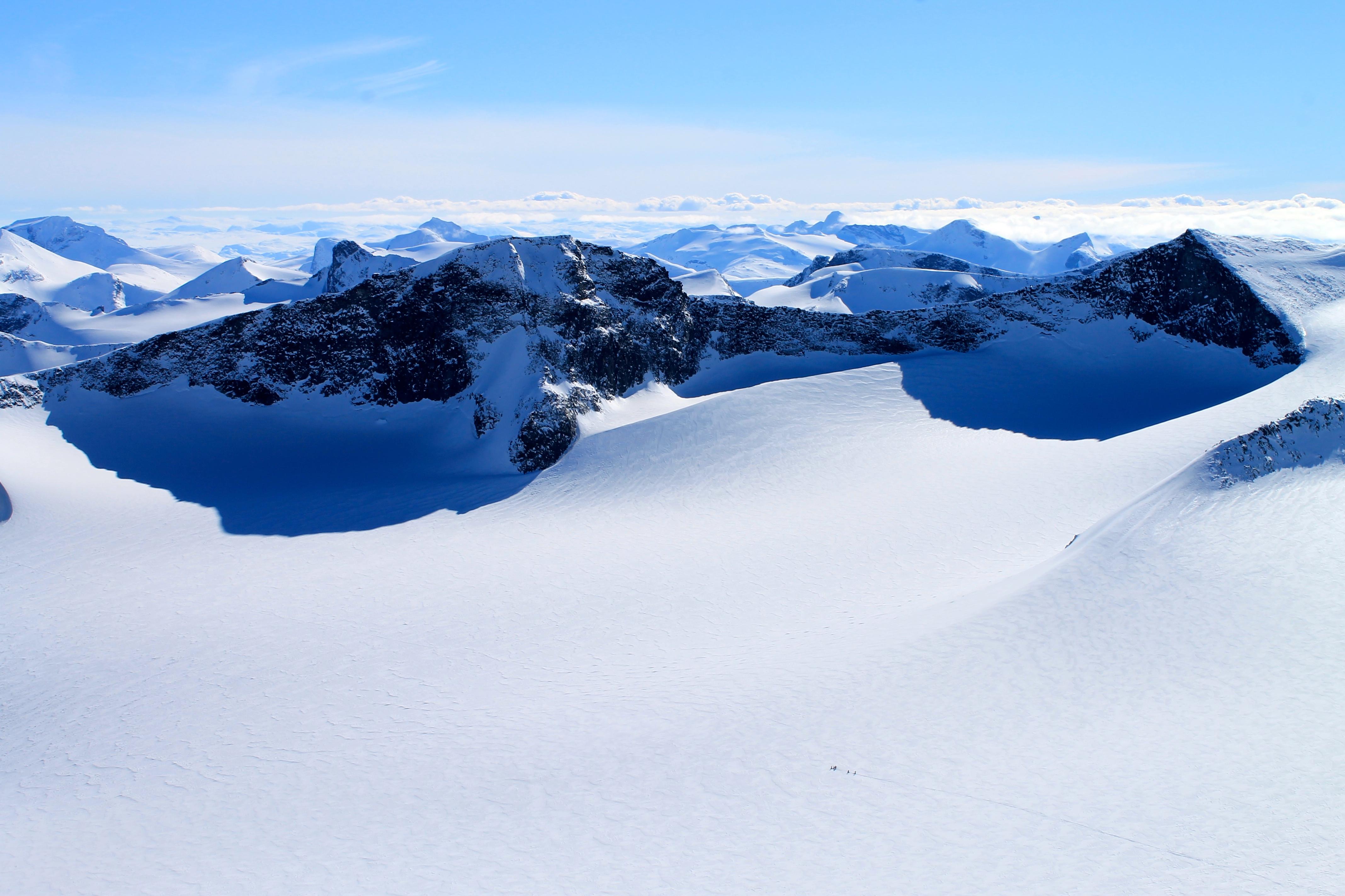 Et turlag på vei over Svellnosbrean i Jotunheimen. Tverråtindan i bakgrunnen.