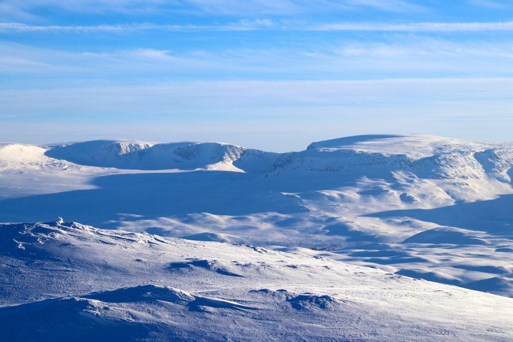 Hallingskarvet med Folarskardnuten (1.933 moh) sett fra Blåbergi.