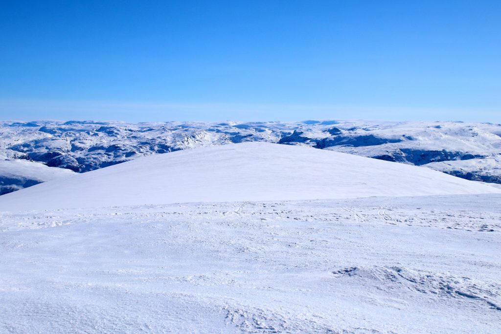 Utsikt mot Hallingskarvet og Hardangerjøkulen fra Blåskavlen.