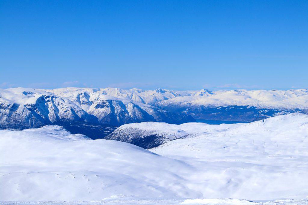 Utsikt fra Blåskavlen (1.809  moh) mot Sognefjorden og Sunnfjord.
