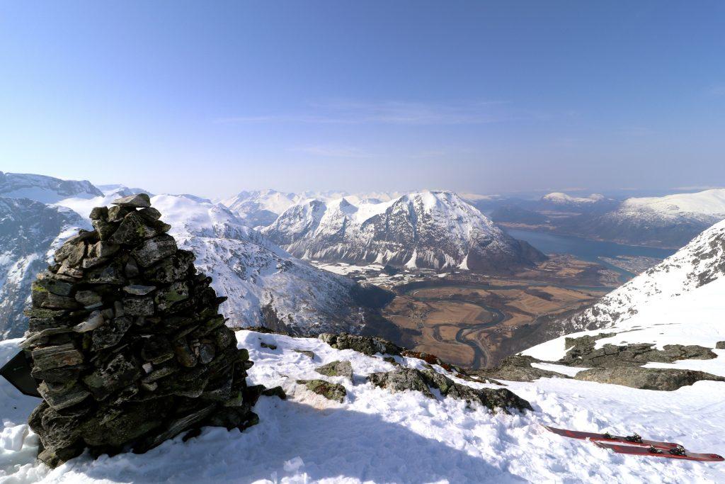 Toppen av Blånebba med Rauma og Åndalsnes bak.