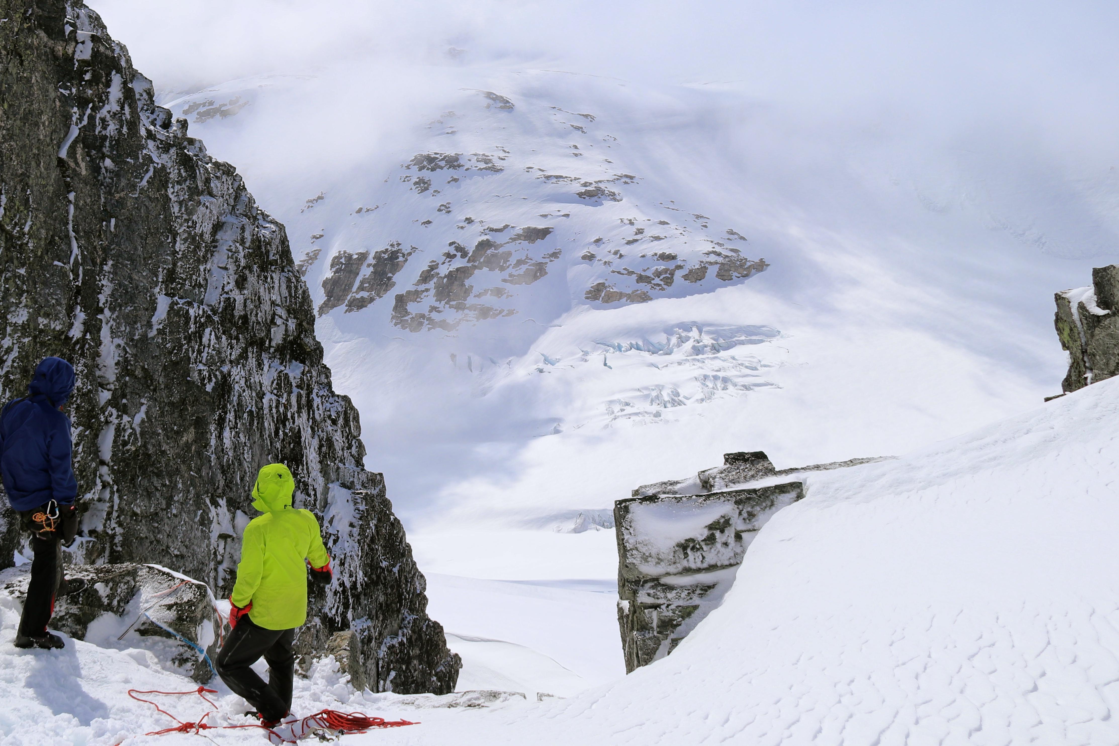 Utsikt fra ryggen av Lodalskåpa ned på brefallet Småttene.