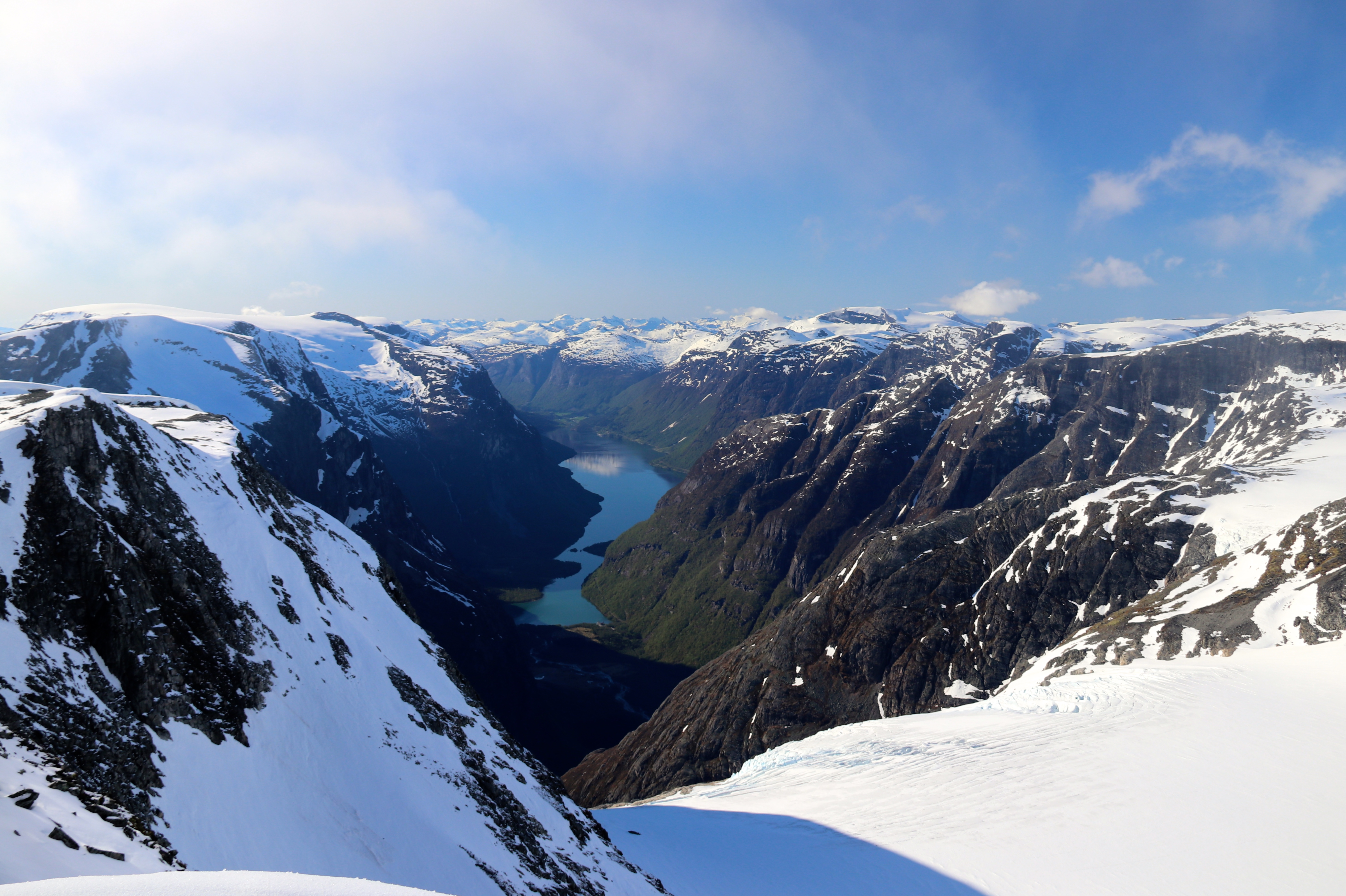 Loen rundt følger fjellryggene og breene rundt Lovatnet.