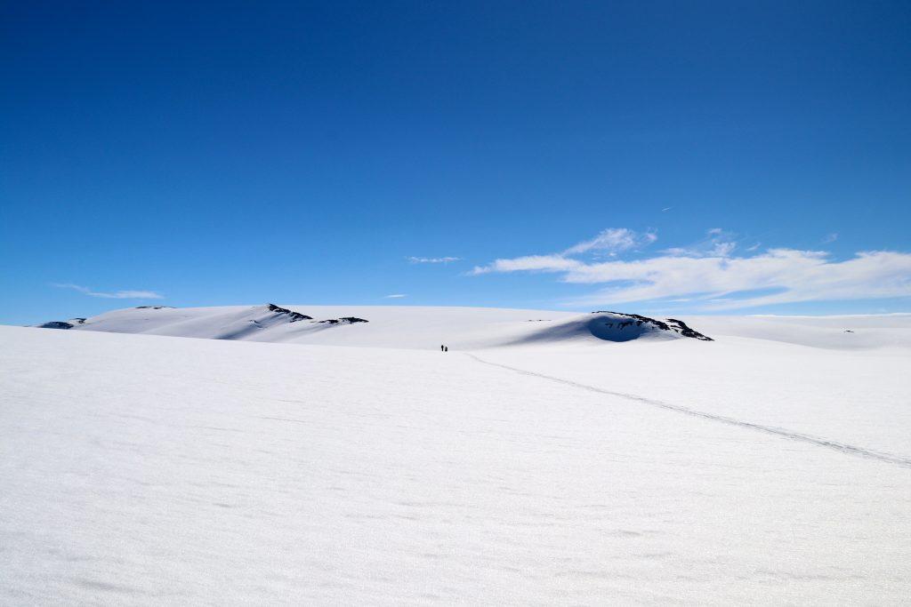 Kjelkevarden markerer at vi går ut av Jostedalsbreen og inn på fejllryggen mot Avleinsfjellet.