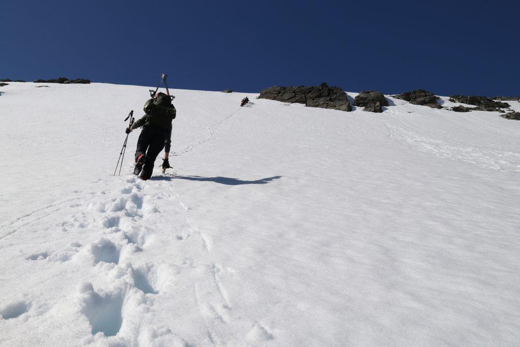 Etter å ha kjørt ned Vesledalsbreen går det bratt opp mot Ramnefjellet.
