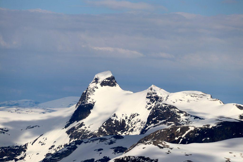Lodalskåpa (2.083 moh) har et fantastisk flott skue over Jostedalsbreen, Strynefjell og Breheimen.