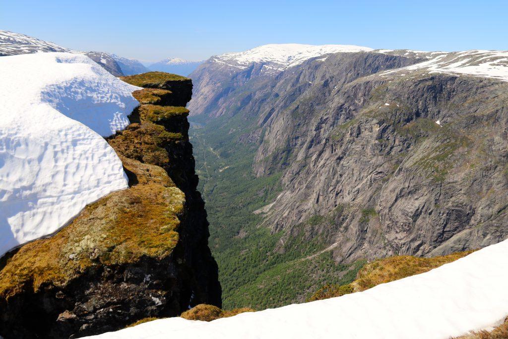Det er flott å betrakte utsikten mot Simadalen fra stupene innerst i dalen.