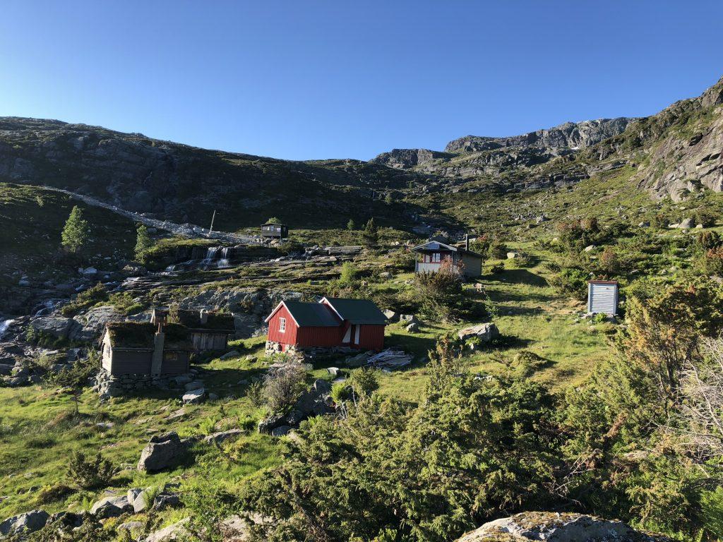 Hovlandsstølane ligger flott til med utsikt over Eikefjorden.
