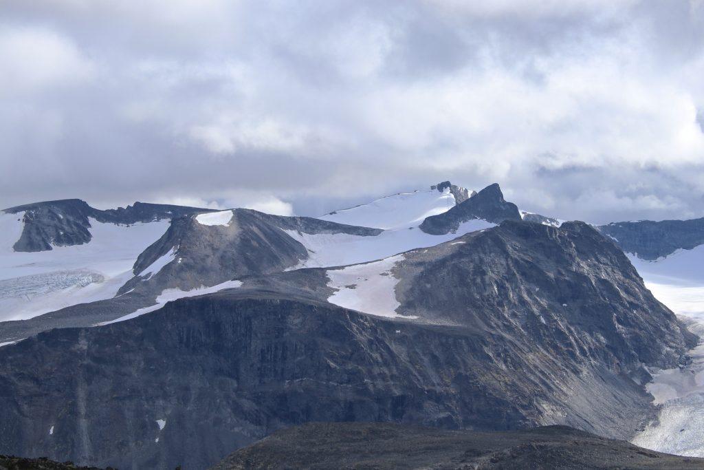 Nørdre-, Store- og  Søre Veotinden med Nørdre- og Søraustre Styggehøbreatinden til venstre.
