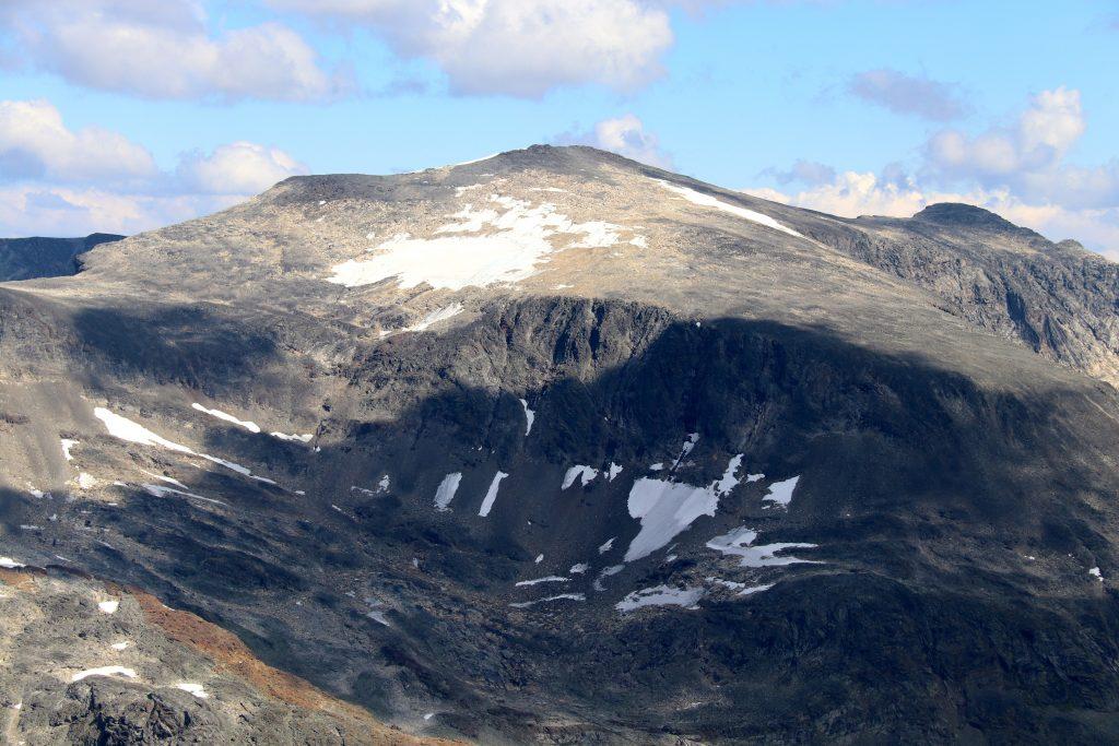 Surtningssue (2.368 moh) er den høyeste toppen i Memurutindmassivet.