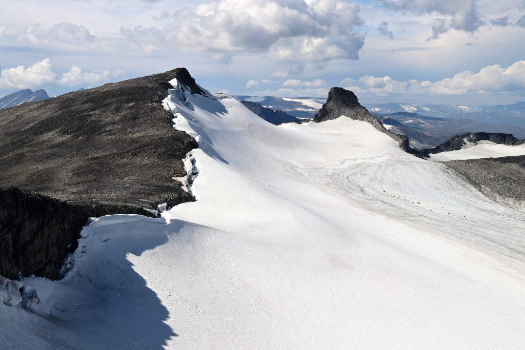 Stygghøbreskardet sett fra Sørvestre Stygghøbreatinden. Søre- og Store Veotinden bak.