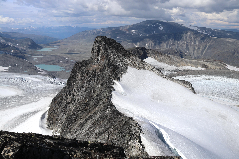 Store Veotinden (2.240 moh) sett fra den enda høyere Søre Veotinden (2.267 moh).