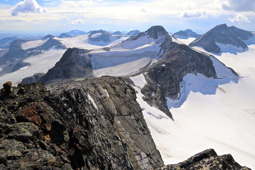 Utsikt fra Søre Veotinden mot Memurutindan.