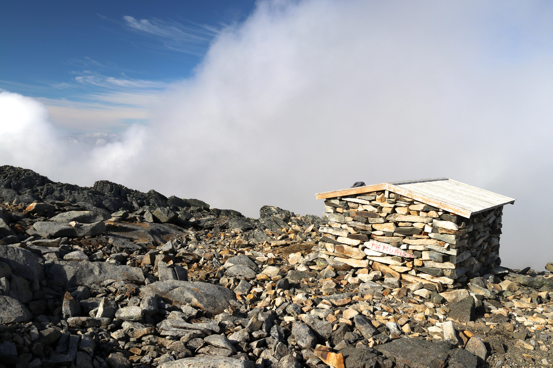 Den lille nødbuen Surtningssubue på 2.230 moh, like før toppen av Surtningssue.