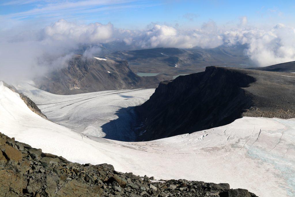 Utsikt fra Surtningssue ned mot Surtningsbreen, som igjen stuper ned mot Blåbrean.