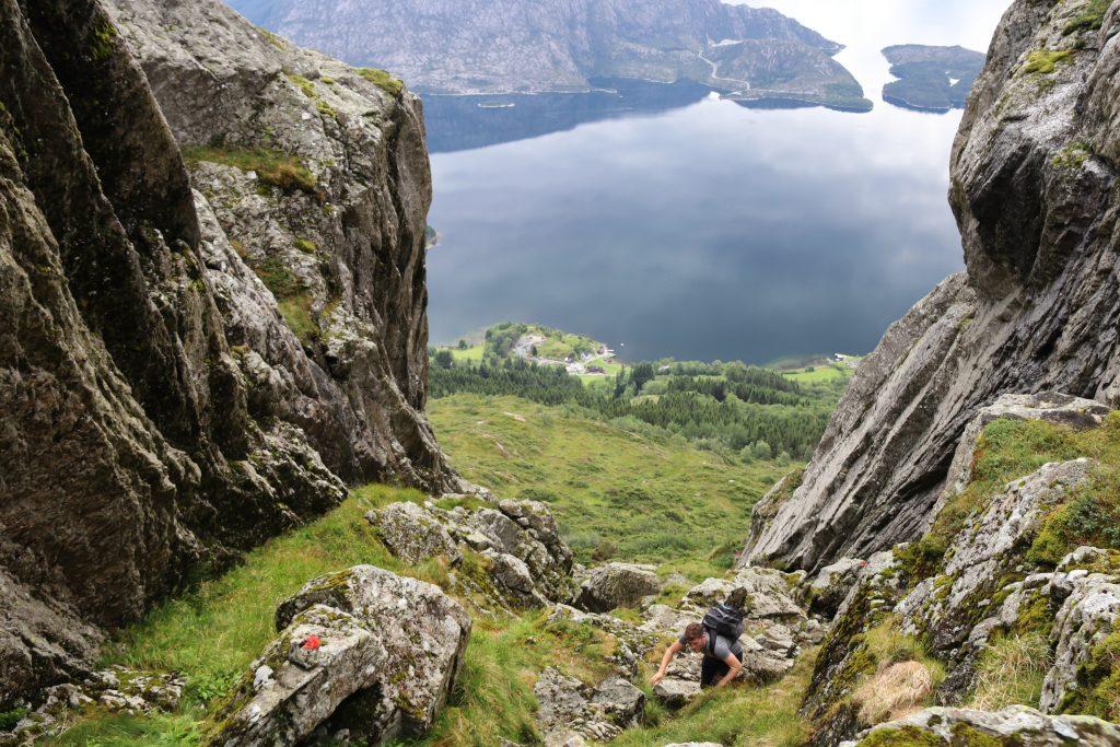 Det går fin sti med utsikt fra Lekva opp til Lihesten.
