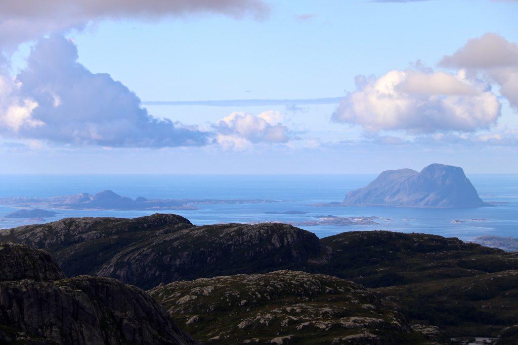 Utsikt ut i Norskehavet med Alden eller Norskehesten (480 moh) bak til høyre.