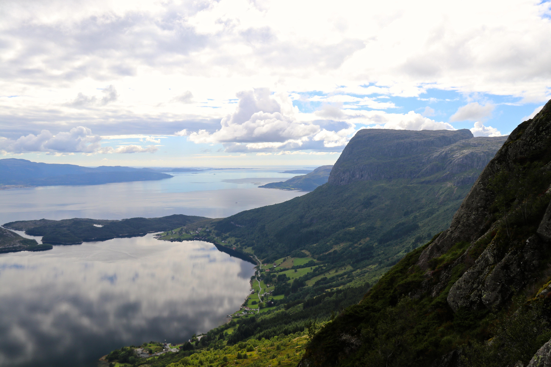Utsikt fra Lihesten mot Risnesnipa, Lifjorden og Sognesjøen.