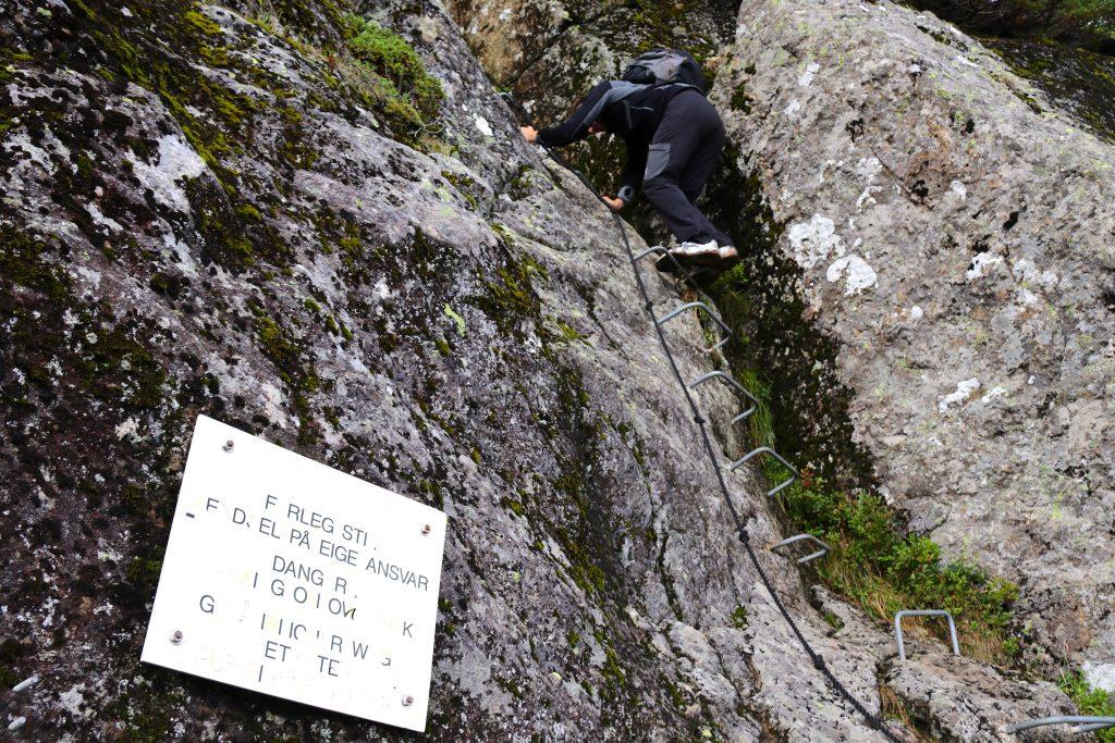 Nipestien opp til Gygrekjeften er godt tilrettelagt med trinn og tauverk.