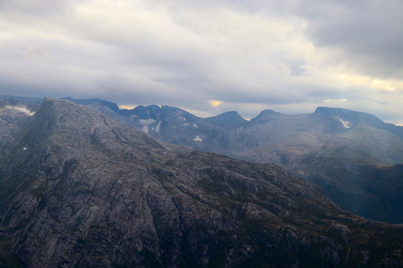 Den fulle og hele traversen mellom Melderskin (bak til høyre) over Bjørndalstraversen til Juklavasskruna (bak til venstre).