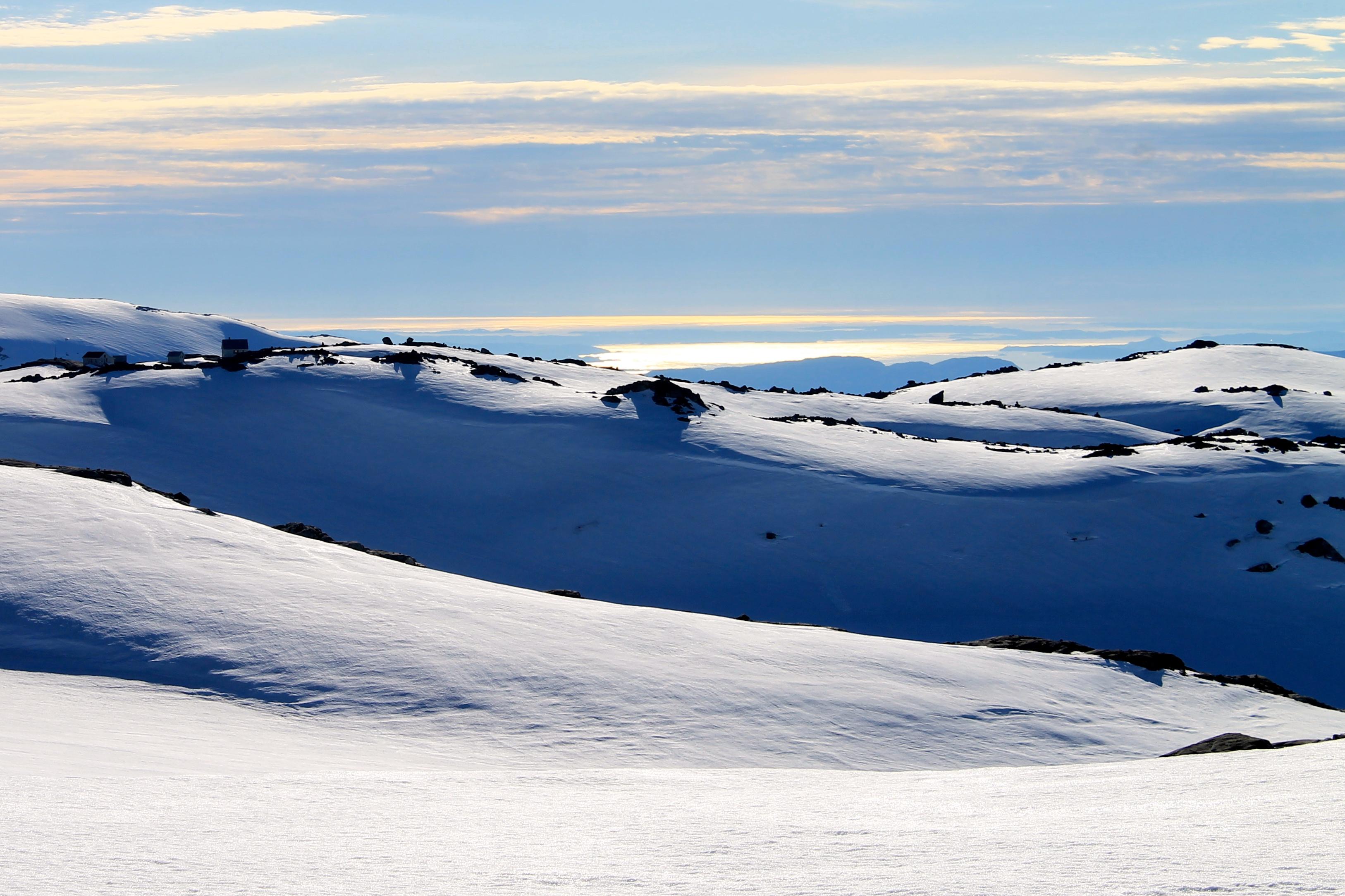Fonnabu ligger tett inntil isen av Folgefonna.