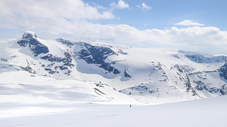 På vei ned fra Skålefjellet retning Lodalskåpa.