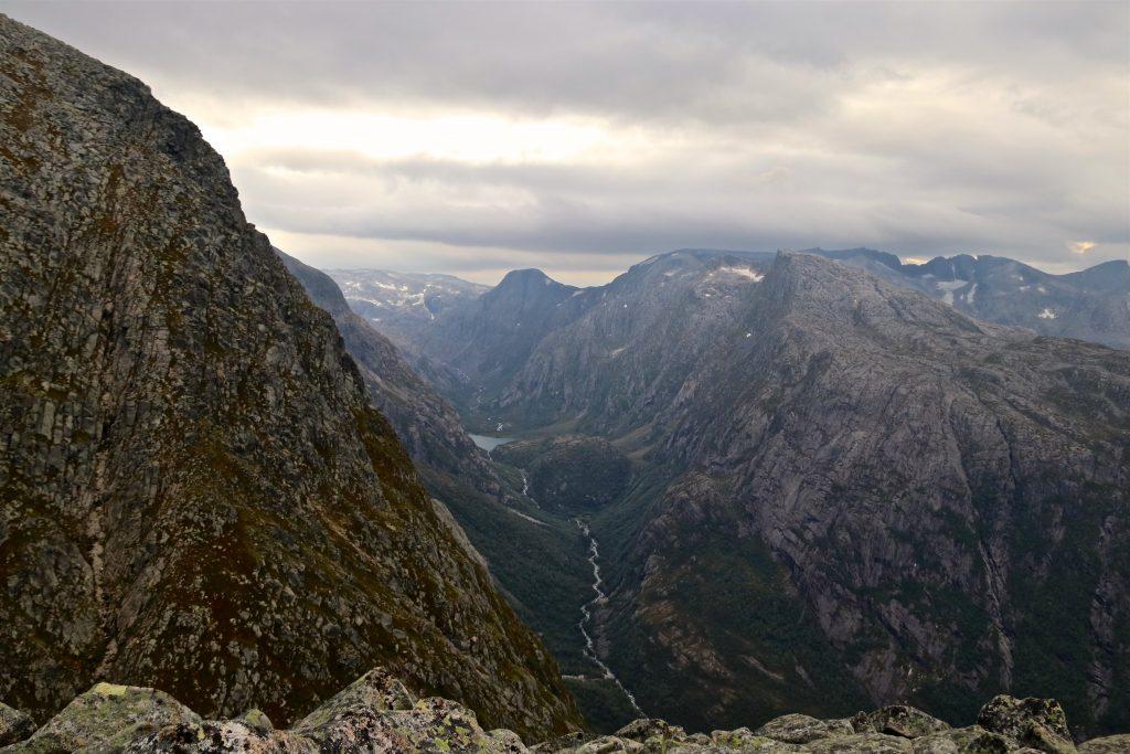 Utsikt inn i Ænesdalen fra Skrunten.
