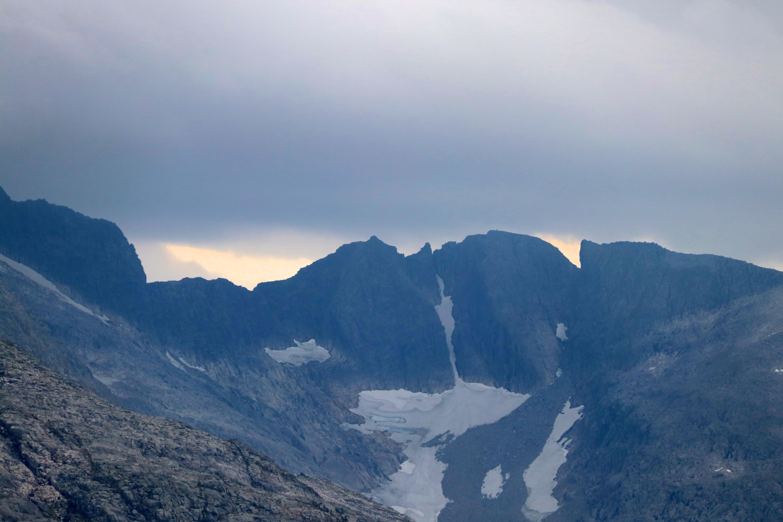 Bjørndalstindene utgjør Bjørndalstraversen, en smal og luftig fjellrygg.